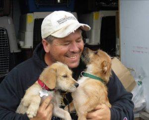 Moški, ki je polovico letošnjega leta preživel v avtu pri reševanju psov