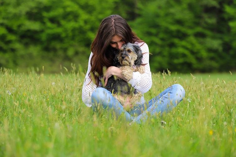Sara in njena psička Flora