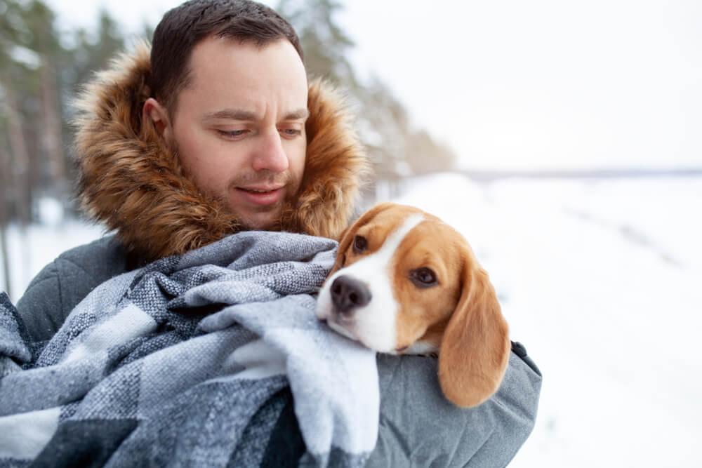 Moški skočil v zamrznjeno jezero in rešil psa, ki se je utapljal